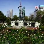 北海道観光_大通公園_女性の像と花